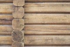 Fragment van hoekverbinding tussen de twee muren met grote houten logboeken Stock Foto's