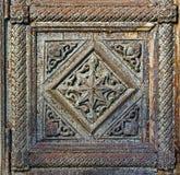 Fragment van houten deuren van de Veronderstellingskathedraal in Vladimir, Rusland stock fotografie