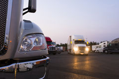 Fragment van moderne semi vrachtwagen bij het wegrestaurant met lichten Stock Foto's
