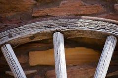 Fragment van oud houten wiel met ijzerrand Stock Afbeeldingen