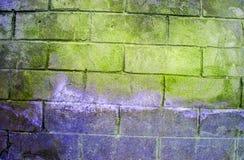 Fragment van oude vuile bakstenen muur met de textuur witte grijze bruine zwarte groenachtig blauwe kalk geeloranje kastanjebruin Stock Foto's