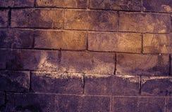 Fragment van oude vuile bakstenen muur met de textuur witte grijze bruine zwarte groenachtig blauwe kalk geeloranje kastanjebruin Stock Afbeelding