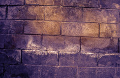 Fragment van oude vuile bakstenen muur met de textuur witte grijze bruine zwarte groenachtig blauwe kalk geeloranje kastanjebruin Stock Foto