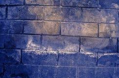 Fragment van oude vuile bakstenen muur met de textuur witte grijze bruine zwarte groenachtig blauwe kalk geeloranje kastanjebruin Royalty-vrije Stock Afbeelding