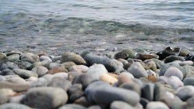 Fragment van overzeese kust met een kiezelsteenstrand stock videobeelden