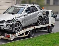 Fragment van slepenvrachtwagen dat defecte auto weghaalt stock fotografie