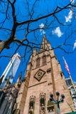 Fragment van St Paul Kerk in Drievuldigheidskerk van Wall Street met Amerikaanse vlag, boom en wolkenkrabber royalty-vrije stock foto's