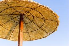 Fragment van strand paraplu of het afbaarden op een rek Royalty-vrije Stock Afbeeldingen