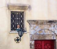 Fragment van uitstekende voorgevel met venster, lantaarn en deuren Tel Aviv, Israël Royalty-vrije Stock Foto