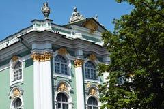 Fragment van voorgevel van de Winterpaleis in Heilige Petersburg stock afbeelding