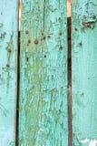 Fragment von altes Grün abgezogenen hölzernen Planken Schicht von altem gebrochenem lizenzfreies stockfoto