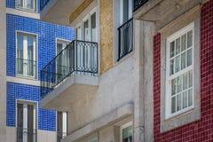 Fragment von Gebäuden, die mit Fliesen in Portugal verziert werden Stockbild