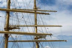 Fragment von Masten und Takelung eines Segelschiffs Lizenzfreies Stockfoto