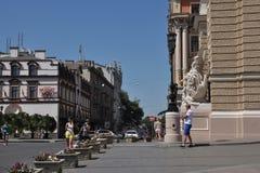 Fragment von Straßen, von Gebäude Opernhaus und von anderen Gebäuden, Passantleute Stockbild
