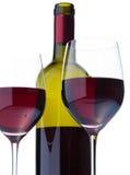 Fragment von zwei Gläsern Rotwein, Traubenblock Stockfotografie