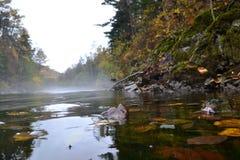 fragmentbergflod som kör lilla stenar arkivbilder