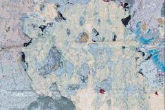 Fragmentclose-up van uitstekende bakstenen muur met eeuwigdurende lagen van oude verf royalty-vrije stock afbeelding