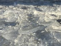Fragmente der schönen gebrochenen Eislage aus den Grund und den Schein in der Sonne lizenzfreie stockbilder
