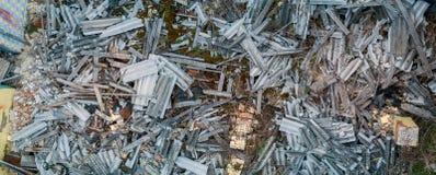 Fragmente der zerstörten haus- Bretter, Ziegelsteine, Schiefer stockfotos