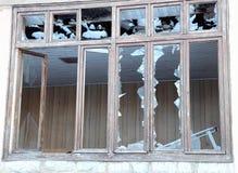Fragmente des defekten Glases eines Fensters in einem alten Haus Lizenzfreie Stockbilder