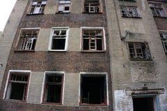 Fragmente des defekten Glases eines Fensters in einem verlassenen Haus Lizenzfreie Stockfotos