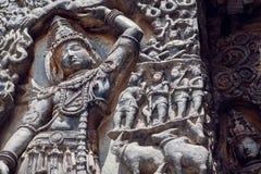 Fragmente des Monuments mit Lord Krishna, der Mt anhebt Govardhan Des 12. Jahrhundertshoysaleshwara-Tempel in Halebidu, Indien Lizenzfreie Stockfotos