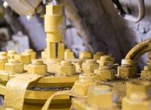 Fragmente a placa da asseguração com muitos parafusos com as porcas cobertas com a pintura amarela foto de stock