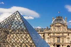 Fragmenten van het Louvrepaleis en de piramide het Louvre Museu Stock Foto