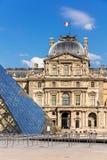 Fragmenten van het Louvrepaleis en de piramide het Louvre Museu Royalty-vrije Stock Afbeeldingen