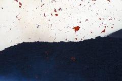 fragmenten van lava in de lucht Stock Foto