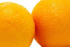Fragmenten van twee sinaasappelen geïsoleerde close-up Stock Fotografie