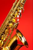 Fragmentera delen av den alt- saxofonen med klockan och tangenter Arkivbild