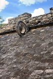 Fragmentera det Mayan bollfältet, Yucatan, Mexico Royaltyfria Foton