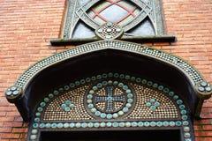 Fragmentera mosaikfasaden kyrkan av helgonet Jean de Montmartre I Arkivfoton