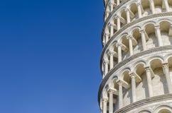Fragmentera väggen från det lutande tornet av Pisa, Italien royaltyfri fotografi