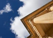 Fragmentet av den gamla kolonnen i olik vinkel, fragmenterar olik punkt för den gamla kyrkliga formen med trevlig bakgrund för mo Royaltyfri Fotografi