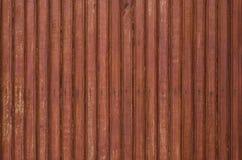 Fragmentet av den gammal brunt färgade trädörren med litet spikar textur Royaltyfri Foto