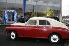 Fragmentet av den retro gamla bilen Volga GAZ - seger` för ` M-20 - bilen är ett symbol av segern av Ryssland i WW2 - USSR Royaltyfri Bild