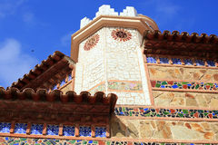 Fragmentet av en byggnad dekorerade med keramik i Spanien Royaltyfria Bilder