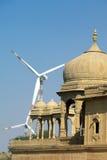 Fragmentet av en hinduisk tempel på bakgrunden av vindturbinen sköt i Jaisalmer, Indien Royaltyfri Foto