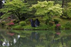 Fragmentet av en japansk trädgård med försiktigt ordnat vaggar och Fotografering för Bildbyråer