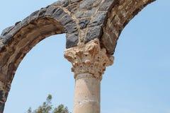 Fragmentet av en kolonn fördärvar in av Kursi - en stor bysantinsk kloster för 8th-århundrade på kusterna av sjön Tiberias, på Go arkivbilder