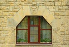 Fragmentet av fasaden av ett hus med ett fönster och en uggla i Art Nouveau utformar Royaltyfri Bild