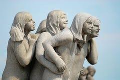 Fragmentet av granitskulpturen som göras av den berömda konstnären Gustav Vigeland i öppen luft Frogner, parkerar i Oslo, Norge fotografering för bildbyråer