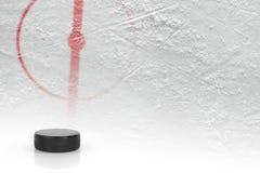 Fragmentet av hockeyn grundar med pucken Arkivfoto