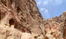 Fragmentet av vaggar i 1en 2km lång bana (som-Siq) i staden av Petra, Jordanien Arkivbilder