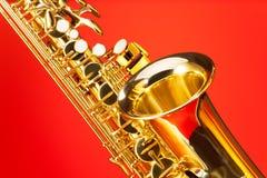 Fragmentmening van altsaxofoon met klok en sleutels Royalty-vrije Stock Foto's