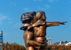 Fragmentmonument` till ` för moder och för barn för fru för sjöman` s på stranden nära Marine Station closeup Novorossiysk Ryssla Arkivbilder