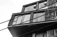 Fragmento abstracto de la arquitectura moderna, paredes hechas del vidrio y acero Parte posterior y blanco Imagen de archivo