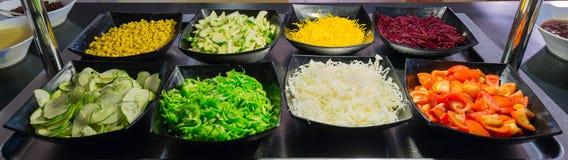 Fragmento agradable de la vista de las ensaladas apetitosas hermosas de las verduras frescas en placas de cerámica oscuras Imágenes de archivo libres de regalías